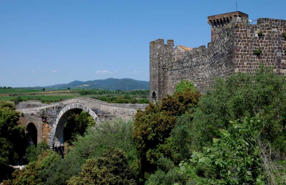 Il castello e il ponte romano